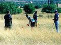 priprema scene deminiranja. na slici Nikola Klobučarić i Željko Sarić sa deminerima